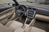 Demontaż tapicerki tylnych drzwi w Volkswagenie Passacie.  fot. Volkswagen