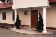 W przypadku montażu drzwi zewnętrznych - szczególnie drewnianych - niezwykle istotne jest przeprowadzenie go na odpowiednim etapie budowy domu. Fot. Zakład Stolarki Budowlanej CAL
