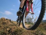 Jazda rowerem. Jak zachować się na chodniku i na drodze? Jak jeździć rowerem w ruchu miejskim po chodniku, ścieżce rowerowej i drodze?